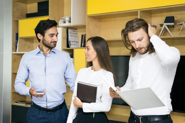 Grupo de personas de negocios exitosas de pie juntos en la oficina