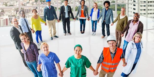 Grupo de personas de ocupación diversa