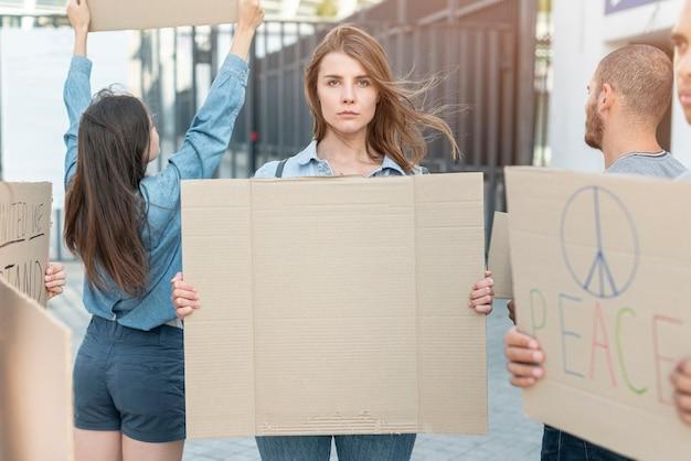 Grupo de personas de pie juntos en la manifestación