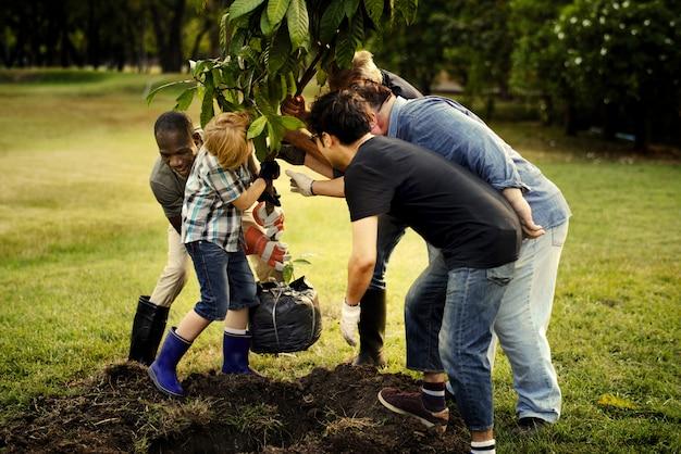 Grupo de personas plantando un nuevo árbol.