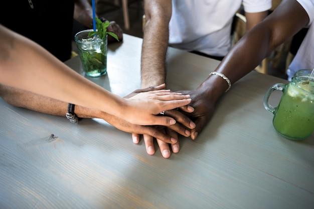 Grupo de personas poniendo sus manos juntas