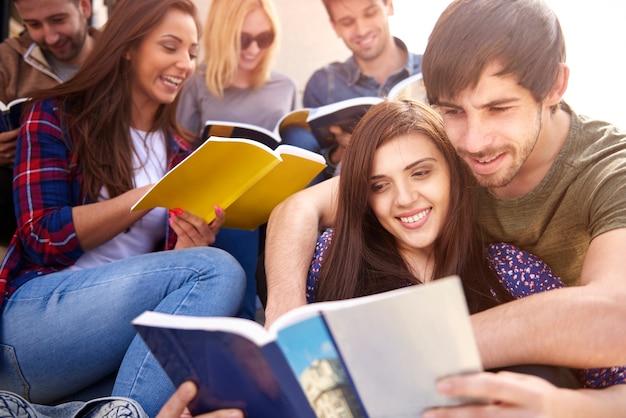 Grupo de personas que estudian al aire libre