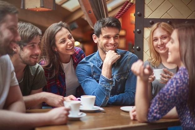Grupo de personas que pasan tiempo juntos