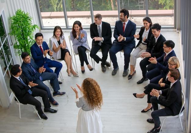 Grupo de personas que tienen un evento corporativo
