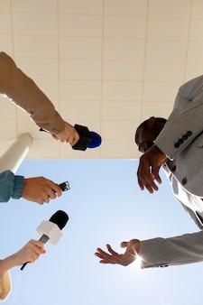 Grupo de personas que toman una entrevista para las noticias.