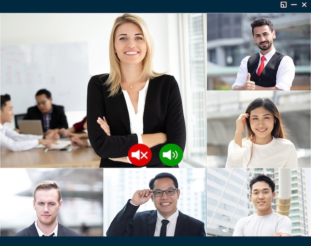 El grupo de personas que trabajan en el equipo de negocios que utilizan el sistema de videoconferencia disfruta en línea de ver la cara hablando por la aplicación de videollamada a través de la pantalla de internet.