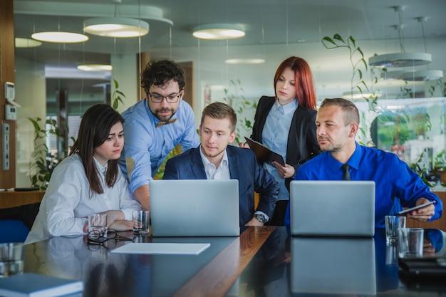 Grupo de personas que trabajan en equipo