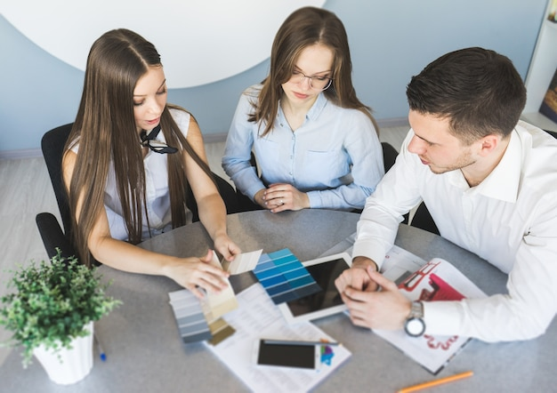 Grupo de personas que trabajan en la oficina, trabajo en equipo, conversación.