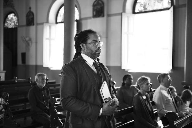 Grupo de personas religiosas en una iglesia.