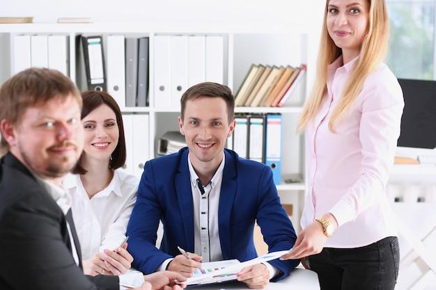 Grupo de personas se sientan en la oficina deliberadamente