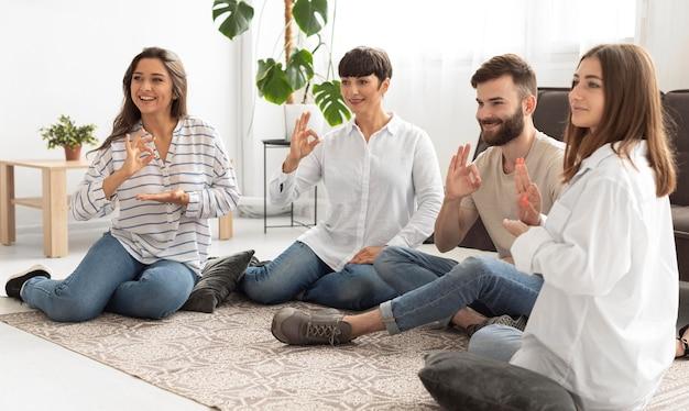 Grupo de personas sordas que se comunican a través del lenguaje de señas.