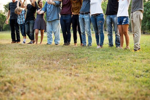 Grupo de personas sosteniendo la unidad del equipo de soporte