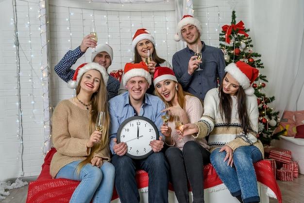 Grupo de personas en suéteres celebrando el año nuevo