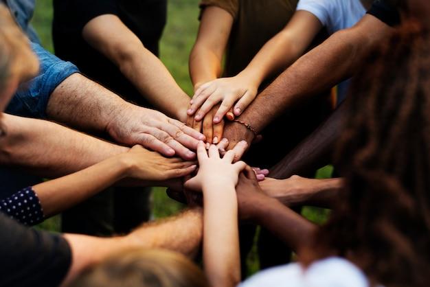 Grupo de personas con sus manos juntas