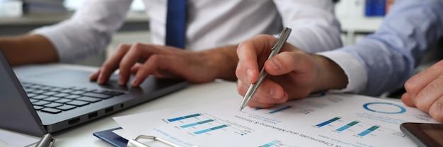 Grupo de personas tienen en brazos documentos financieros