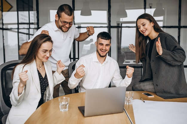 Grupo de personas trabajando en un plan de negocios en una oficina