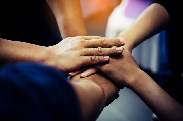 Grupo de personas unir sus manos. concepto de trabajo en equipo.