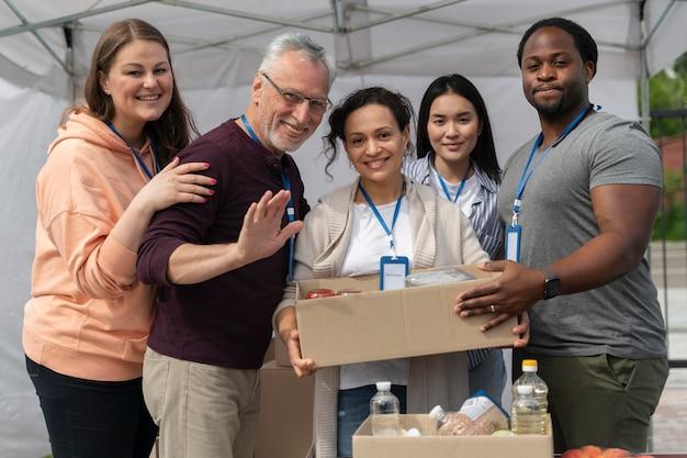 Grupo de personas voluntarias en un banco de alimentos para personas pobres