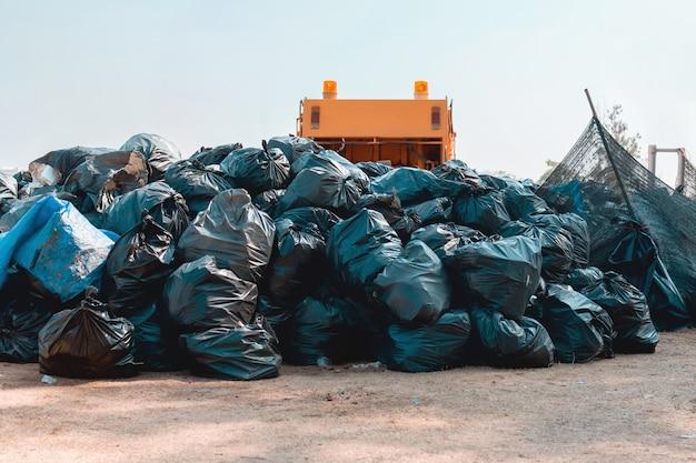 Grupo de pila de bolsas de basura en el parque para el reciclaje