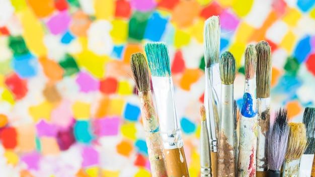 Grupo de pinceles sobre fondo colorido