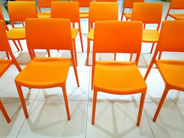 Grupo de plástico naranja vacío en conferencia
