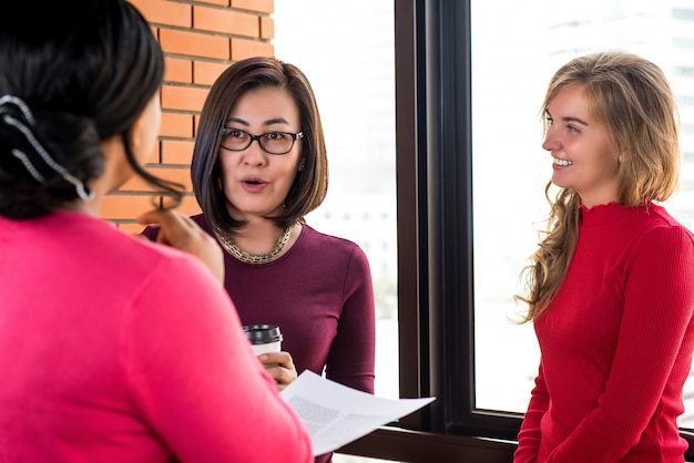 Grupo de poderosas mujeres diversas en ropa casual hablando juntos