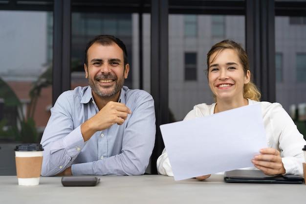 Grupo de profesionales exitosos revisando documentos.