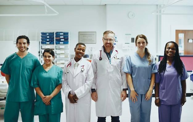 Grupo de profesionales médicos en la uci listos para pacientes con coronavirus