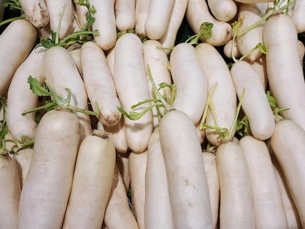 Un grupo de rábanos blancos en el mercado o en el supermercado.