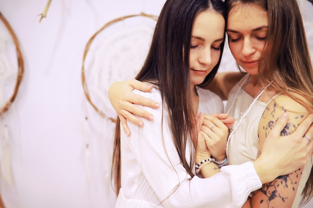 Grupo de recuperación de mujeres. diversas niñas sonrientes tomados de la mano sentados en círculo interior. enfoque selectivo. las mujeres se abrazan en un círculo de mujeres.