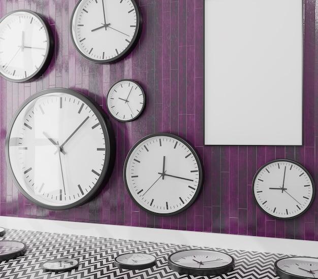 Grupo de relojes de pared en una pared de madera con lienzo en blanco.
