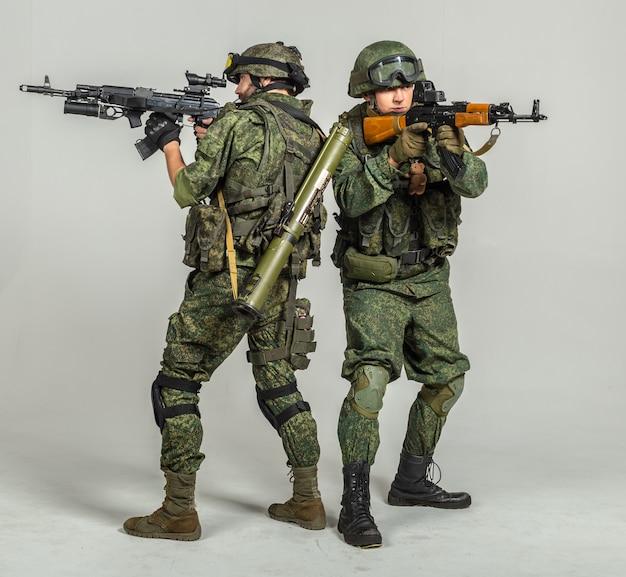 Grupo de soldados rusos en blanco