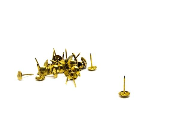 Grupo de tachuela de pulgar de metal dorado sobre fondo blanco aislado