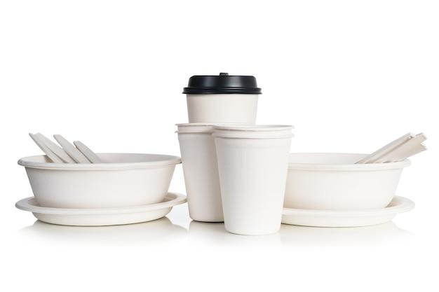 Grupo de tazas de papel natural blanco aisladas sobre fondo blanco