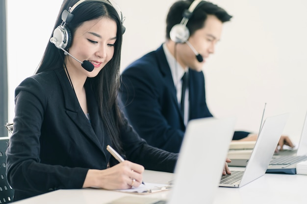 Grupo de telemarketing equipo de personal de servicio al cliente en call center