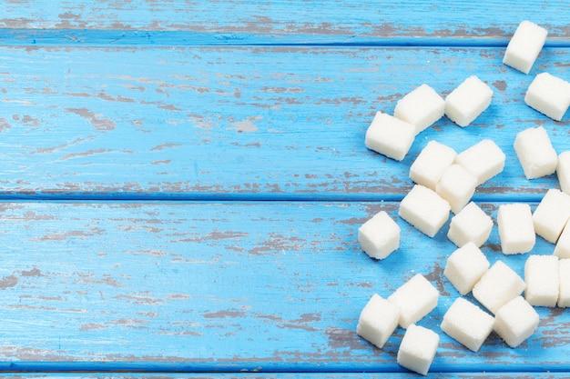 Grupo de terrones de azúcar blanca refinada de cerca