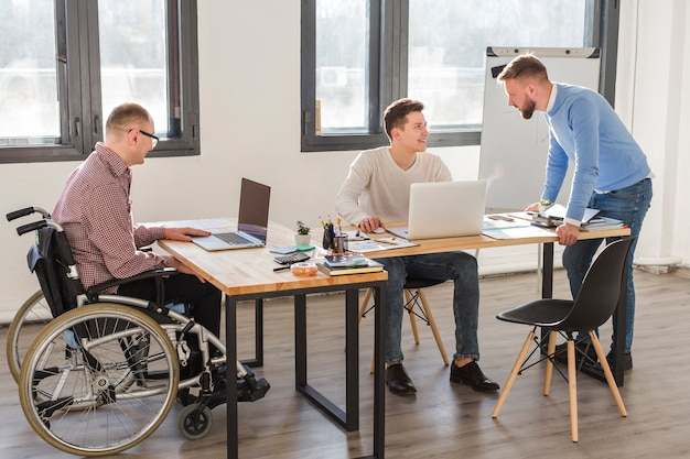 Grupo de trabajadores adultos en la oficina juntos