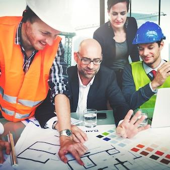 Grupo de trabajadores de la construcción del sitio que tienen una reunión