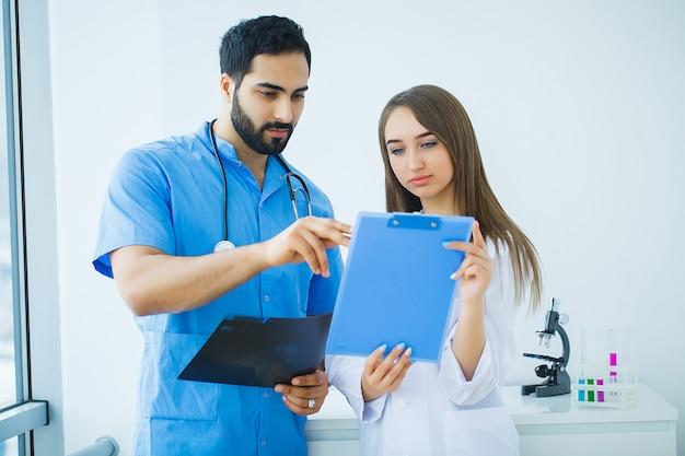 Grupo de trabajadores médicos trabajando juntos en el hospital