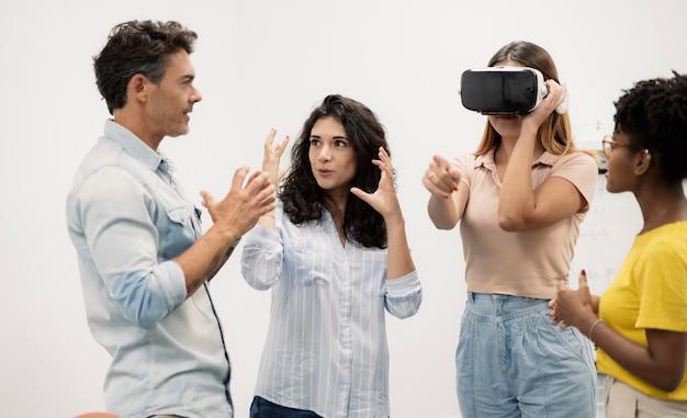 Grupo de trabajadores de oficina utilizan gafas de realidad virtual en un conwoking