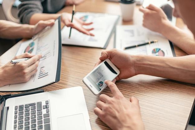 Grupo de trabajo analizando datos financieros