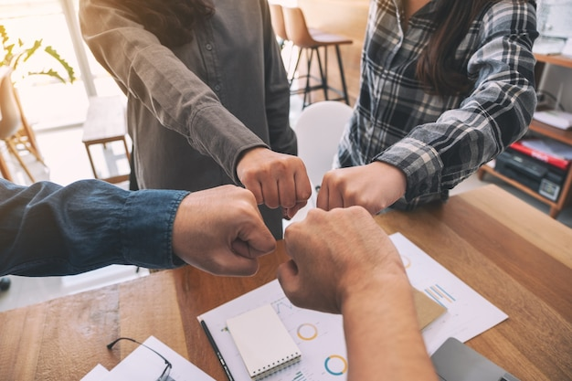 El grupo de trabajo en equipo empresarial une sus manos junto con el poder y el concepto exitoso