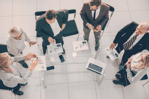 Grupo de trabajo de vista superior discutiendo datos financieros