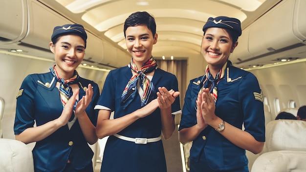 Grupo de tripulantes de cabina o azafata en avión
