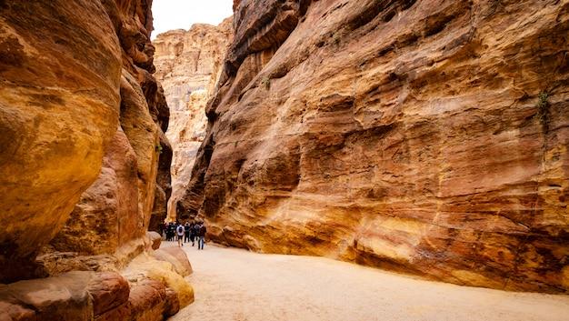Grupo de turistas en camino en petra