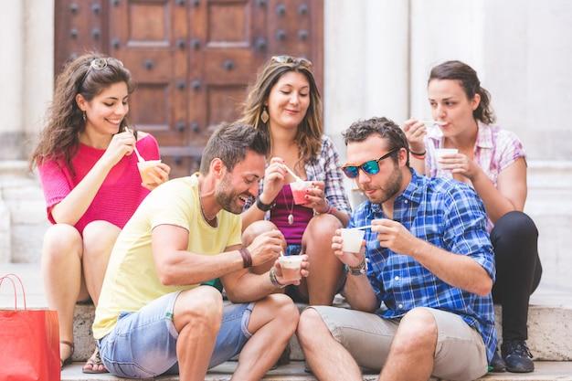 Grupo de turistas comiendo aguanieve en italia