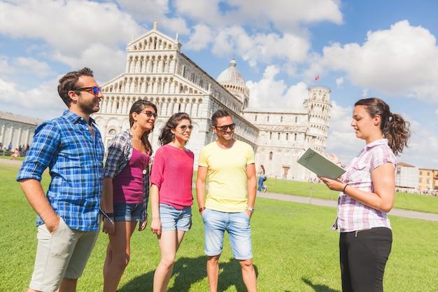 Grupo de turistas en pisa, italia