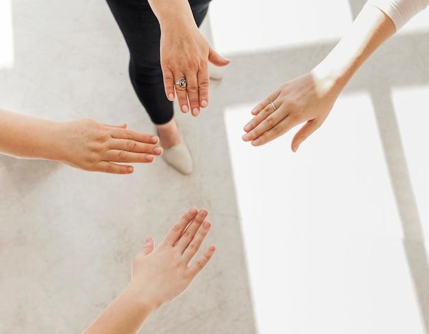 Grupo de unión de manos de mujeres