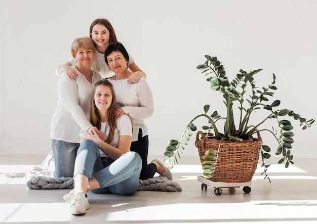Grupo de unión de mujeres y plantas.