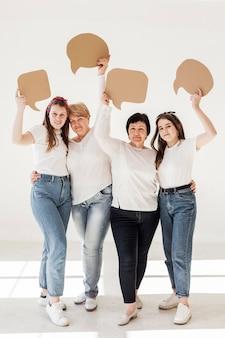 Grupo de unión de mujeres sosteniendo burbujas de chat